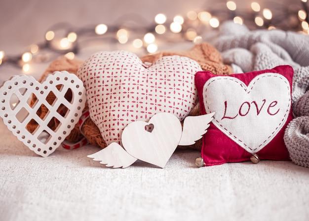 Cose belle per la decorazione per san valentino su uno sfondo sfocato con boke.