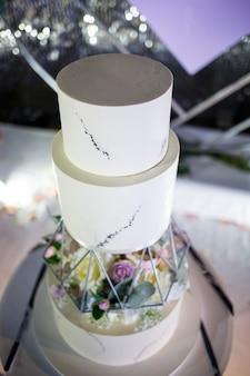 Bella torta dolce da dessert delizioso a più livelli per gli sposi.