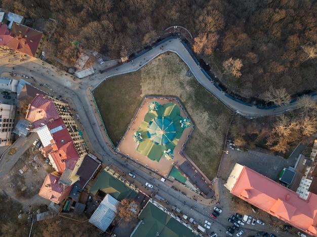 Bella vista dall'alto dell'antica strada andrew's descent e della chiesa di sant'andrea a kiev, ucraina. foto di drone