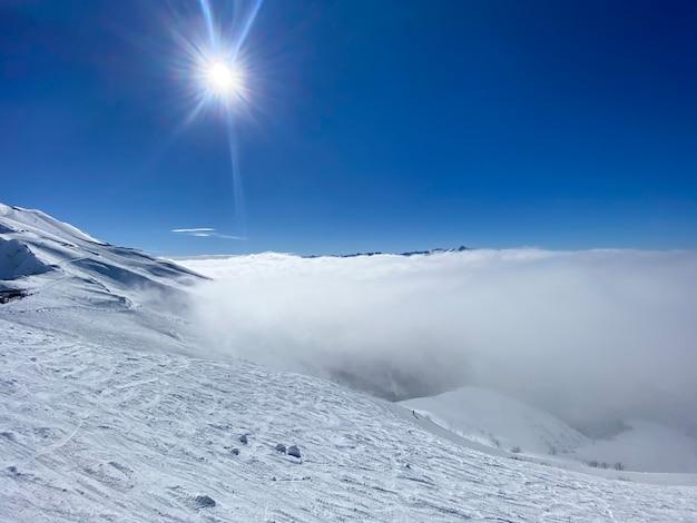 Una bellissima vista dall'alto sulle montagne in una giornata di sole