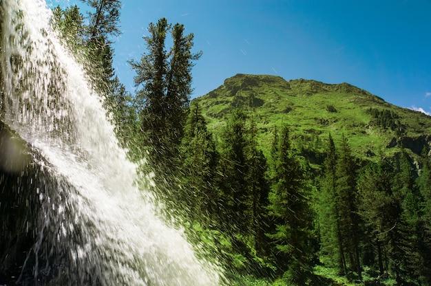 Bellissimo torrente di cascata