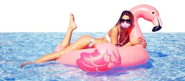 Bella donna turistica con maschera e cigno del virus corona