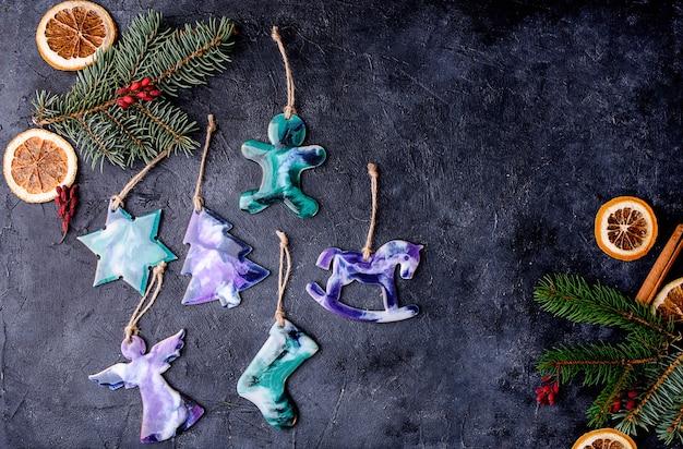 Bellissimi giocattoli sull'albero di natale realizzati in resina epossidica giocattoli fatti a mano. vista dall'alto.