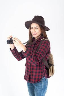 Bella donna viaggiatore su sfondo bianco