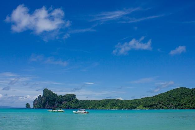 Bella baia tropicale di ao loh dalum sull'isola di phi phi don, krabi thailandia, vista mare, vacanze estive.
