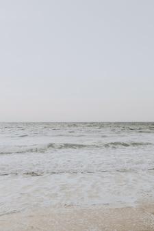 Bella vista sulla spiaggia tropicale con sabbia bianca e mare beige con onde a phuket