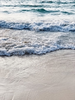 Bella vista sulla spiaggia tropicale con sabbia bianca e mare blu con onde a phuket