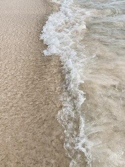 Bella vista sulla spiaggia tropicale con sabbia bianca e mare blu con onda bianca su phuket