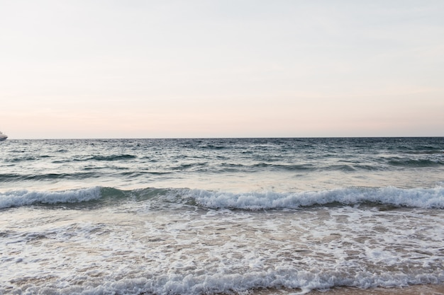 Bella spiaggia tropicale e vista sull'acqua con mare blu o oceano con onde a phuket