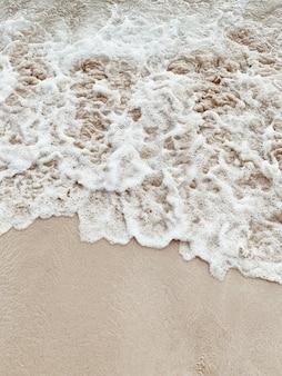 Bellissima spiaggia tropicale con sabbia bianca e mare con onde spumose bianche a phuket