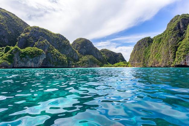 Bella baia tropicale dell'isola a maya bay sull'isola di phi phi leh nel giorno del sole