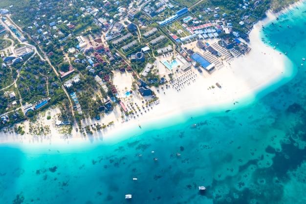 La bellissima vista aerea dell'isola tropicale di zanzibar. mare a zanzibar beach, tanzania.