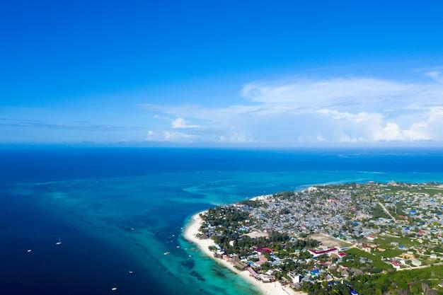 La bellissima vista aerea dell'isola tropicale di zanzibar