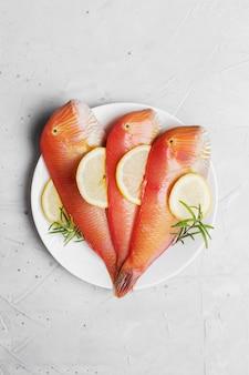 Bello pesce tropicale del mar rosso razorfish madreperlaceo su una superficie blu. xyrichtys novacula, frutti di mare del mar mediterraneo.