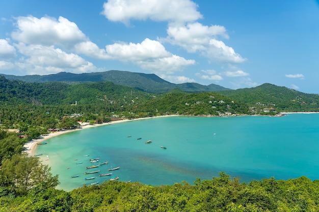 Bellissima spiaggia di sabbia tropicale e acqua di mare blu con palme da cocco nell'isola paradisiaca koh phangan, thailandia. concetto di viaggio. vista dall'alto