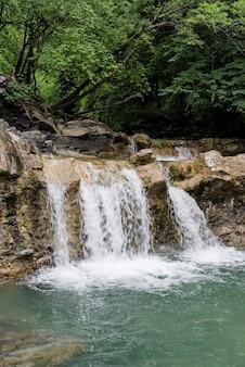Bella cascata tropicale