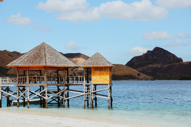 Bellissima spiaggia tropicale di sabbia bianca a labuan bajo con gazebo