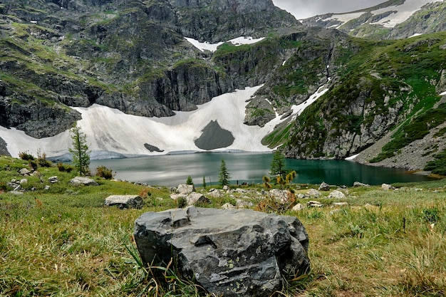 Bellissimo lago turchese in alta montagna.