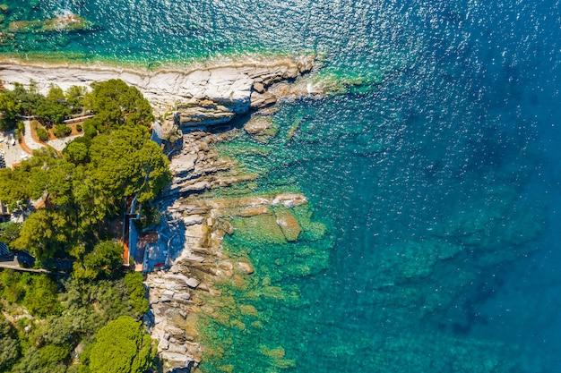 Bella vista sul mare rocciosa turchese. vista aerea della spiaggia del mar ligure. camogli vicino a genova