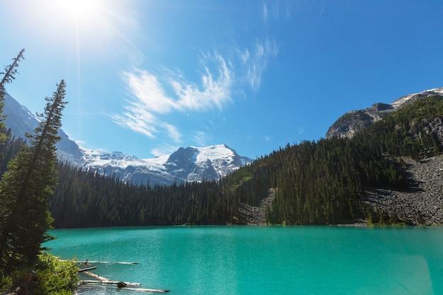 Belle acque turchesi del lago joffre in canada