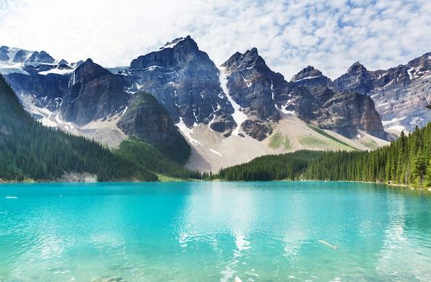 Belle acque turchesi del lago moraine con cime innevate sopra di esso nel parco nazionale di banff del canada