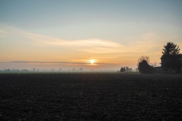 Bellissimo crepuscolo in campagna in inverno nel nord est dell'italia