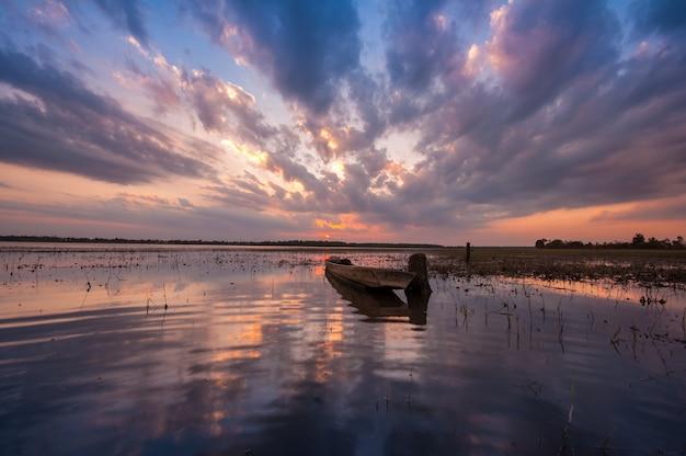 Bellissimo cielo al crepuscolo con nuvole prima del tramonto immagine di sfondo del mattino