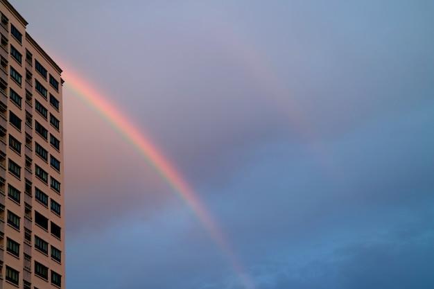 Bellissimi arcobaleni gemelli nel cielo urbano