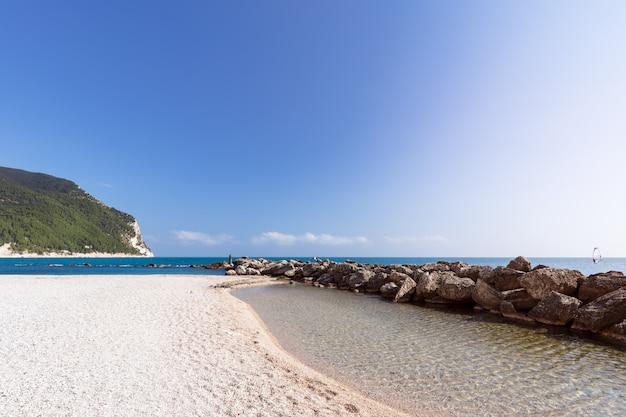 Bella spiaggia di urbani sulla costa adriatica della città di sirolo, italia.