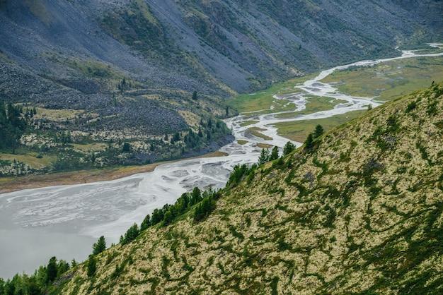 Bella valle con lago e fiume di montagna.