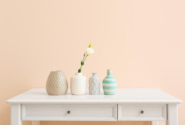 Bellissimi vasi con fiori sul tavolo luminoso