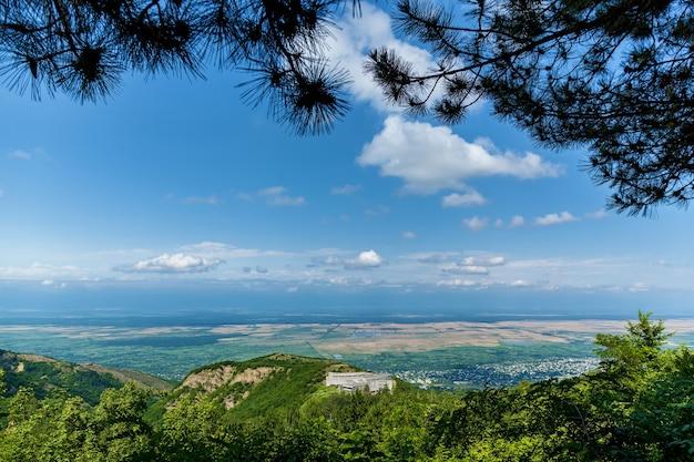 Splendida vista della valle alazani dal ponte di osservazione nella città dell'amore sighnaghi georgia