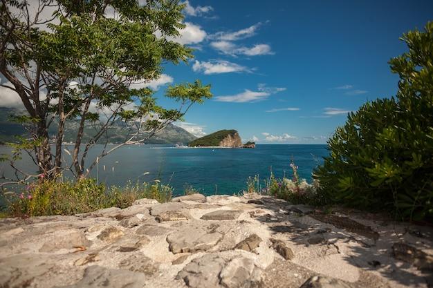 Splendida vista dell'antica città di mare con il mare blu