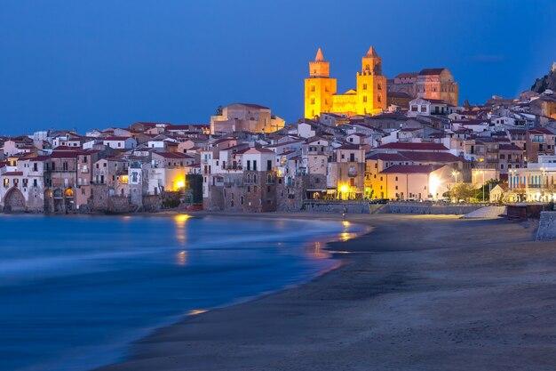 Bella vista della spiaggia, della cattedrale di cefalù e della città vecchia della città costiera di cefalù durante l'ora blu serale, sicilia, italia