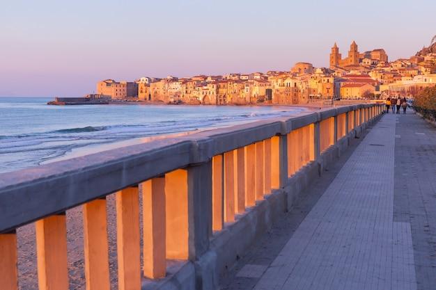 Bella vista della spiaggia, della cattedrale di cefalù e della città vecchia della città costiera di cefalù al tramonto, sicilia, italia