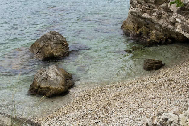 Bella vista sulla spiaggia e sul mare nella giornata di sole. corfù. grecia.