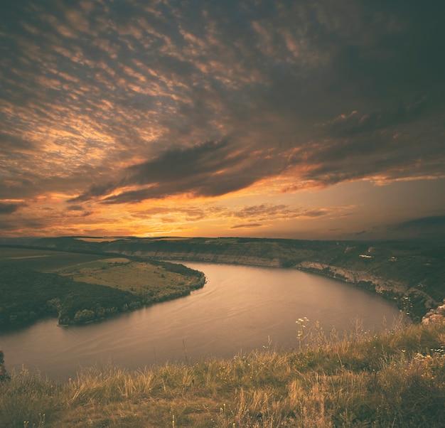 Bella vista sul grande canyon con fiume in flessione all'interno al tramonto