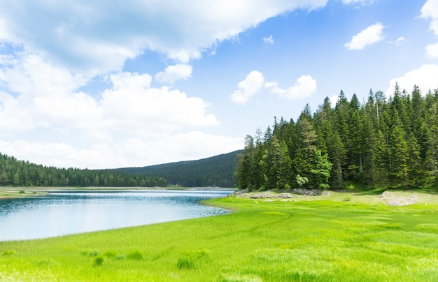 Bella vista sul lago blu e sulle montagne