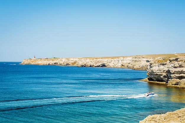 Bella vista del mare blu e della montagna
