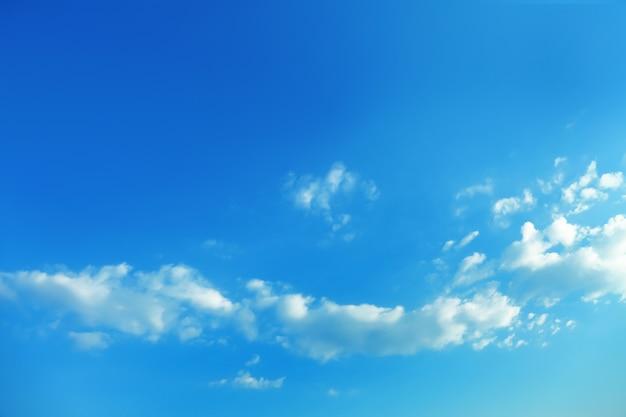 Bella vista del cielo azzurro con nuvole