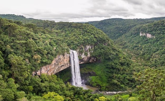 Bella vista della cascata di caracol