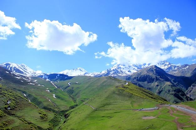 Bella vista sulle montagne del caucaso. georgia, europa. una strada e un parcheggio in montagna