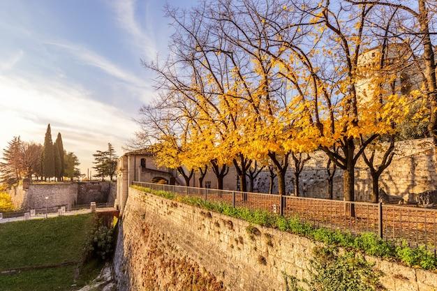Bella vista dell'ingresso centrale del castello della città di brescia durante l'autunno dorato.