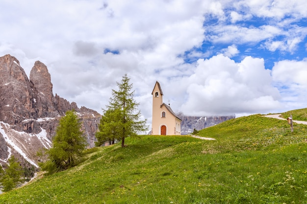 Bella vista sulla cappella di san maurizio al passo gardena
