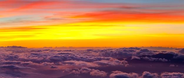 Bella vista sopra le nuvole in montagna