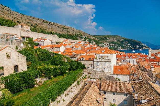 Bella vista sulle piccole case di dubrovnik dalle mura della città, croazia