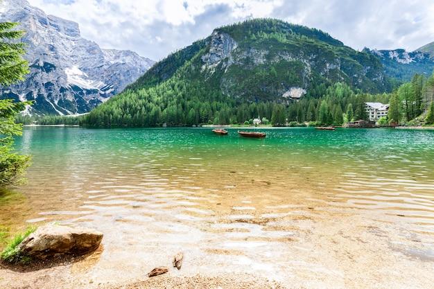 Bella vista sulle acque color smeraldo del famoso lago di braies nelle alpi italiane