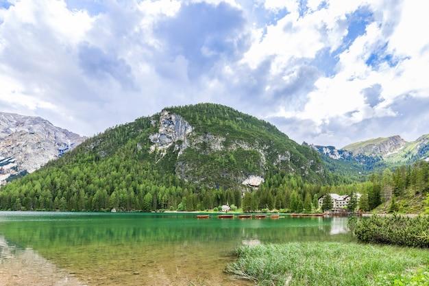 Bella vista sul famoso lago di braies con acque cristalline color smeraldo nelle alpi italiane
