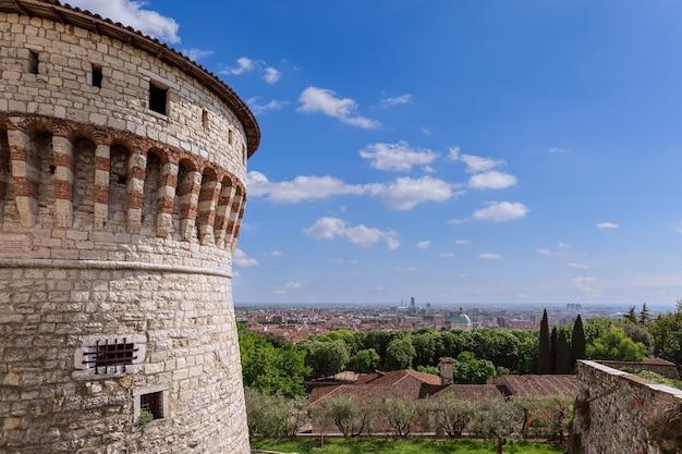Splendida vista dal castello al centro storico e commerciale della città di brescia