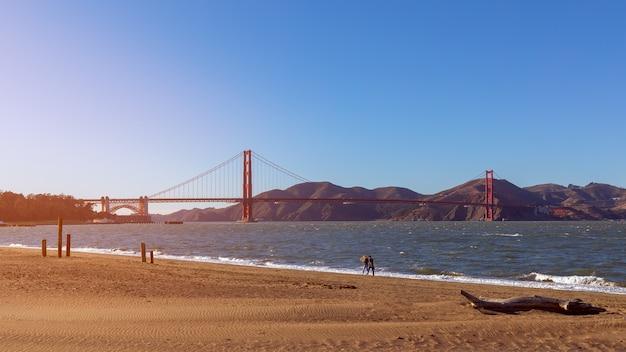 Bella vista dalla spiaggia di crissy field del famoso golden gate bridge alla luce del sole al tramonto